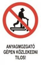 Anyagmozgató gépen közlekedni tilos! (TÁBLA)